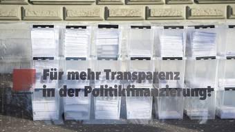 Von wem wird welche Partei in welchem Ausmass finanziert? Eine Volksinitiative will Licht ins Dunkel bringen. Das Parlament entscheidet auch über einen indirekten Gegenvorschlag. (Archivbild)