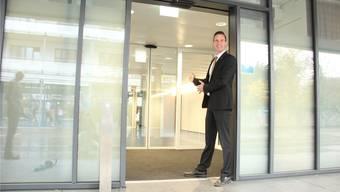 Roger Brechbühler, Direktor derHypothekarbank Lenzburg, zeigt, wo ab Herbst die Bank in Wohlen ihre Türen öffnen wird. Andrea Weibel