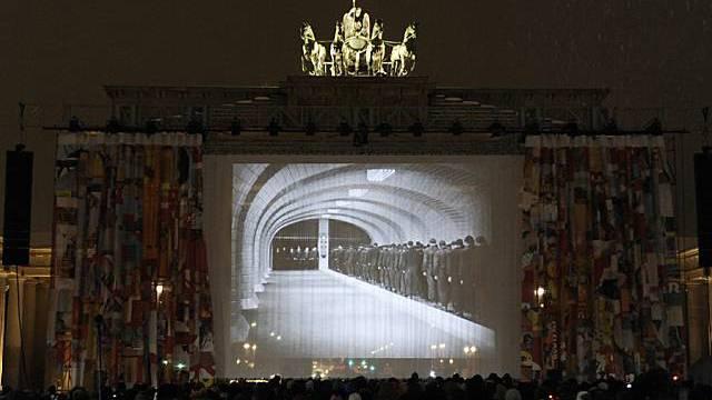 Uraufführung von Metropolis vor dem Brandenburger Tor in Berlin