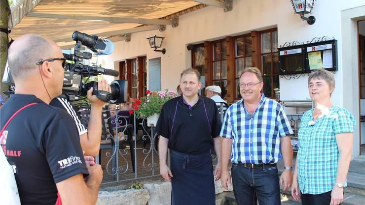 Robi und Caroline Probst mit Stammgast Roland Neuhaus (Mitte). Karin Pfister