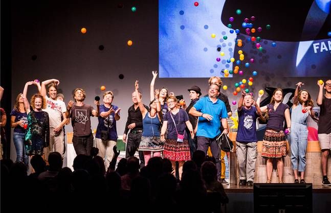 Ein fröhliches Gruppenbild zum Abschluss mit den Helferinnen und Helfern sowie den anwesenden Gewinnerinnen und Gewinnern am Fantoche 2016.fOTOS: Luis Hartl