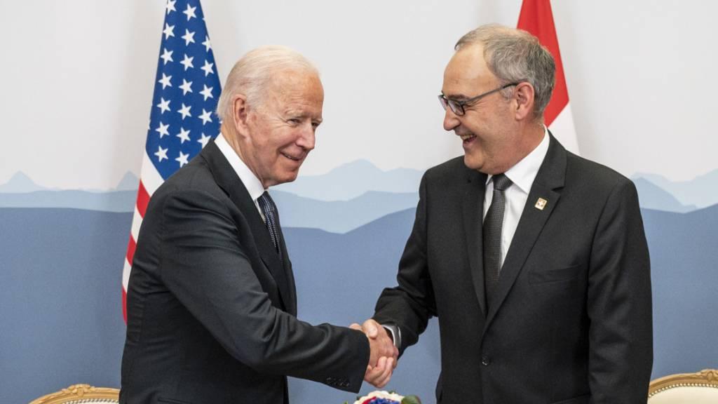 US-Präsident Joe Biden (links) gratuliert der Schweiz herzlich zum Nationalfeiertag. Bundespräsident Guy Parmelin hat ein entsprechendes Schreiben von der US-Botschaft in Bern erhalten. (Archivbild)