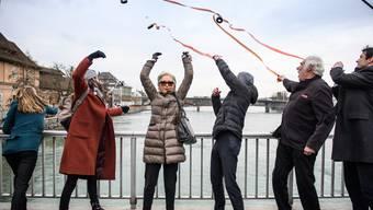 Schauspieler werfen in Solothurn Filmrollen in die Aare zum Zeichen gegen No Billag