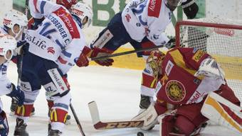 Tigers-Goalie Ivars Punnenovs hat gegen den Ansturm der Zürcher einen schweren Stand