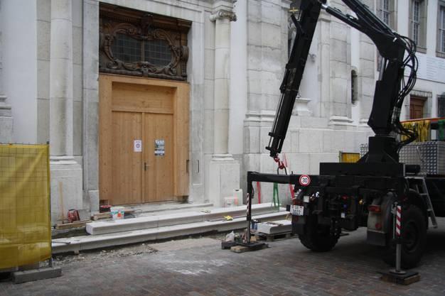 Links wird bei der Eingangstreppe noch eine rollstuhlgängige Rampe angebaut