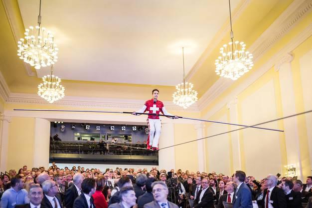 Seilartist Fredy Nock tritt am Wirtschaftssymposium im Kultur- und Kongresshaus KuK Aarau auf.
