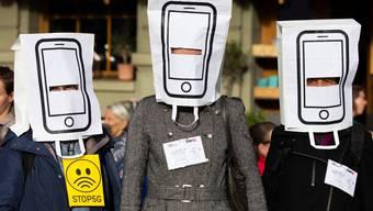 Demonstranten protestieren gegen den Ausbau des 5G-Netzes.