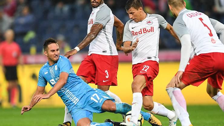 Mario Gavranovic muss sich gleich gegen drei Salzburger wehren