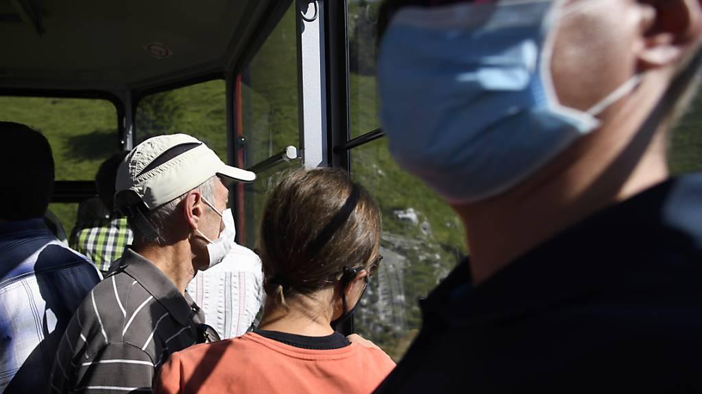 Nach dem Wochenende sind dem Bundesamt für Gesundheit 1095 Ansteckungen mit dem Coronavirus aus der Schweiz und Liechtenstein gemeldet worden. (Archivbild)
