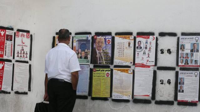 Ein Tunesier betrachtet Wahlplakate am Samstag in Tunis