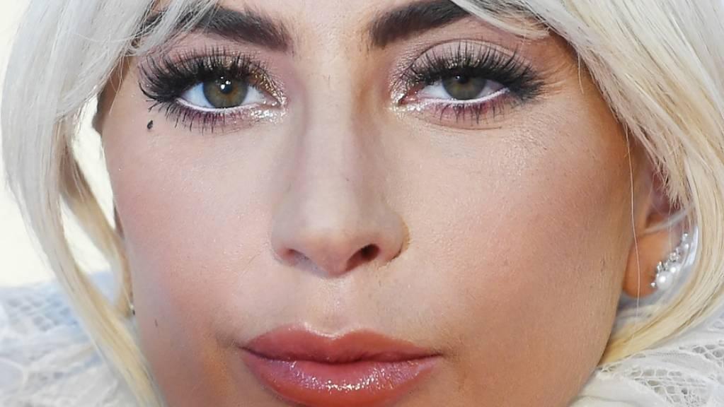 Einmal ist immer das erste Mal: US-Popstar Lady Gaga ist in Las Vegas von der Bühne gefallen - und zwar nicht allein.