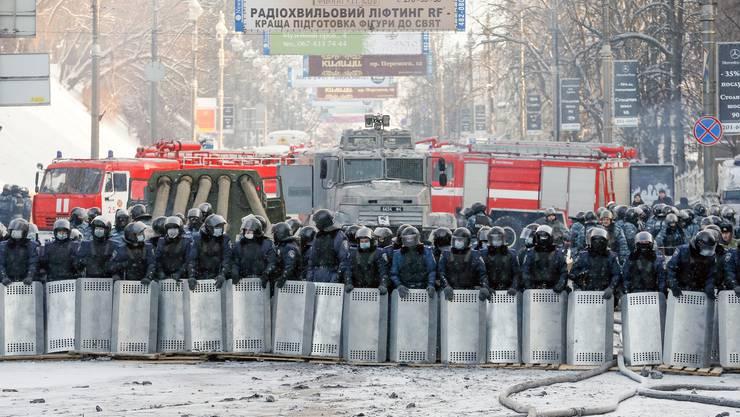 Die Polizei-Einheiten stehen bereit.