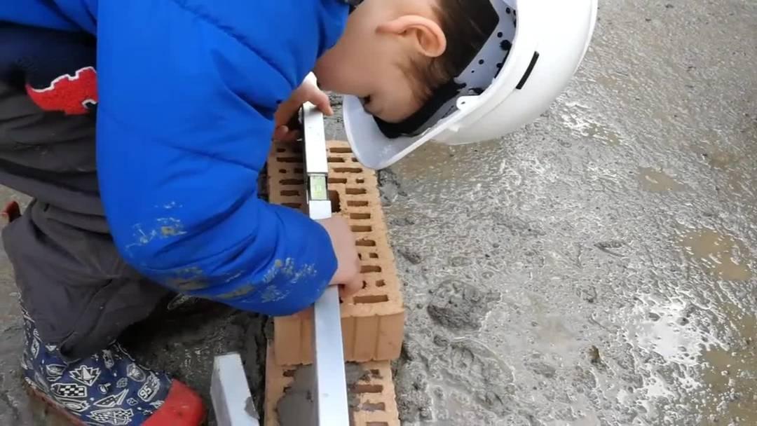 Diese Kinder helfen mit, ihren eigenen Kindergarten zu bauen