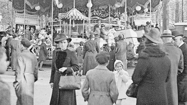 Heute wie 1939 stand das Karussell mitten auf dem Petersplatz. Bild: Staatsarchiv BS