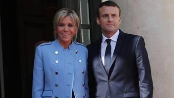 Brigitte Macron, Gattin des französischen Präsidenten, in einer Fernseh-Serie: Sie spielt sich selbst - in dem hellblauen Outfit, das sie bei der Amtseinführung ihres Mannes im Mai 2017 trug. (Archiv)