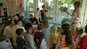 Eine Kindergärtnerin erzählt den Eltern, was die Kinder gelernt haben.  (Symbolbild!)