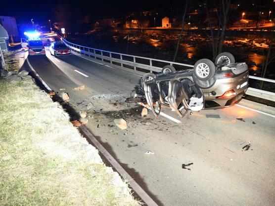 Roveredo im Misox GR, 23. Februar: Bei einem Selbstunfall mit Überschlag sind zwei Insassen eines Autos verletzt worden. Dem Fahrer (27) wurde nach einer positiv ausgefallenen Atemalkoholprobe der Führerschein abgenommen.