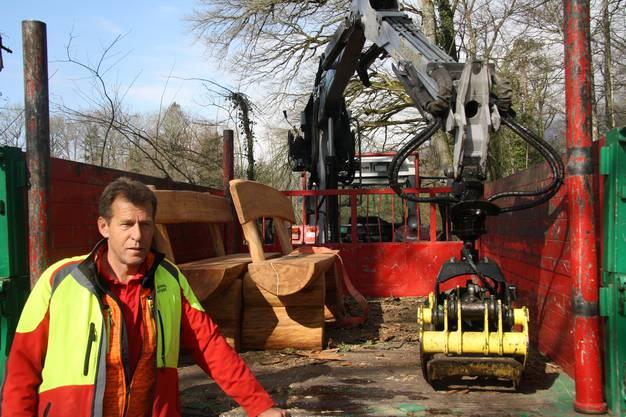 Förster Alois Wertli unterstützt die Bankangestellten beim Waldeinsatz.