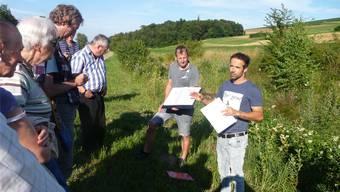 Projektleiter Roger Dürrenmatt zeigt auf, mit welchen Mitteln der Biberenbach revitalisiert wurde.