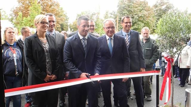 OK-Präsident Unterlerchner durchschneidet das Band - und eröffnet die HESO 2015.