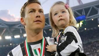 Stephan Lichtsteiner feiert mit seiner Tochter den dritten Meistertitel in der Serie A in Folge.Fresh Focus