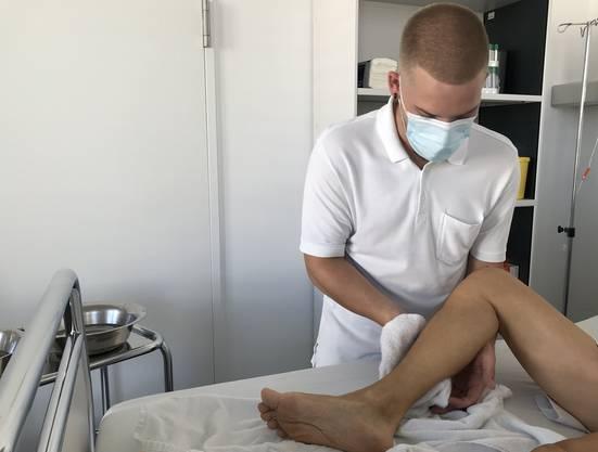 Tomás Soutelo bei der Betreuung eines Patienten.