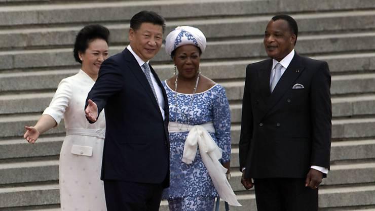 Die Regierung des langjährigen Präsidenten in Kongo Denis Sassou-Nguesso (rechts) hat einen Waffenstillstand mit Rebellen des Landes vereinbart. (Archivbild vom Staatsbesuch in China im Jahr 2016)
