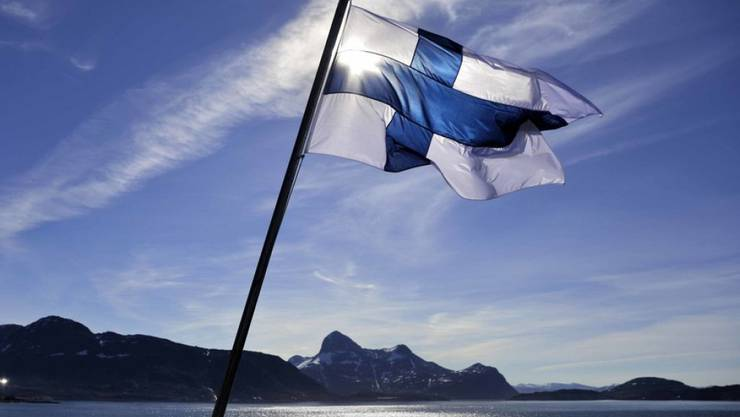 Finnlands Flagge auf dem Eisbrecher MSV Nordica - in Finnland lebt es sich angeblich am glücklichsten. (Symbolbild)