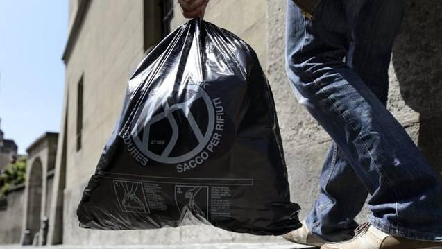 Im Abfallreglement ist festgehalten, dass der Abfall erst am Vorabend des Abfuhrtages auf die Strasse gestellt werden darf. (Symbolbild)