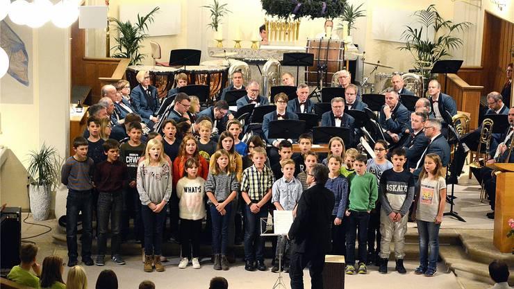 Toller Einsatz zum ersten Advent — die Schülerinnen und Schüler der Primarschule Laupersdorf sangen in der Kirche. Im Hintergrund ist die Brass Band Frohsinn zu sehen.