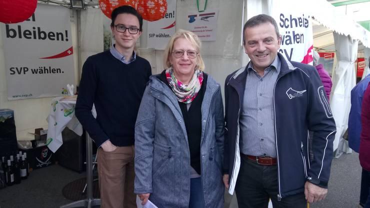 (vrnl) Nationalrat Walter Wobmann mit der Oltner Stadtparlamentarierin Ursula Rüegg und Robin Kiefer