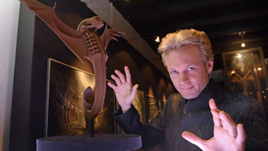 Magier Peter Marvey, vor einem Kunstwerk des Künstlers HR Giger, aufgenommen am 22. Juni 2013 in Gruyère anlässlich der Feier zum 15-jährigen Bestehen des HR Giger Museums (Archiv)