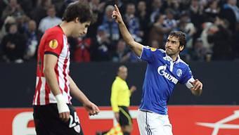 Raul jubelt Richtung Fans nach seinem Tor zum 1:1