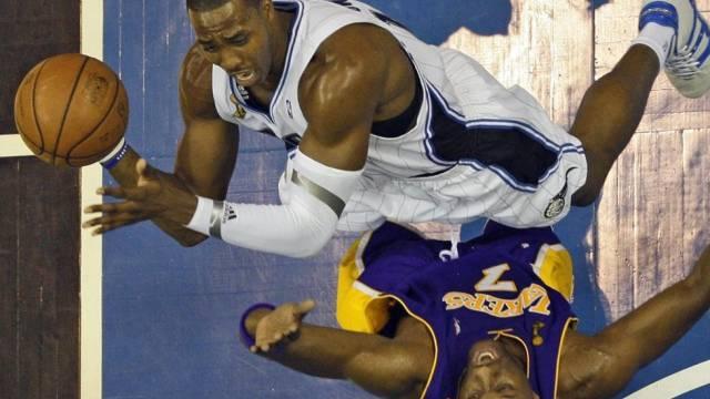 Orlandos Dwight Howard wirft in Spiel 3 über Lamar Odom (Los Angeles Lakers)