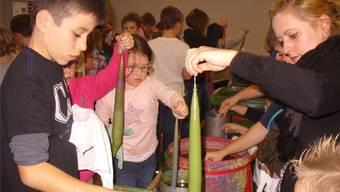 Das Herznacher Kerzenziehen erfreut sich grosser Beliebtheit – bei privaten Besuchern wie auch bei Schulklassen. Bild: zvg