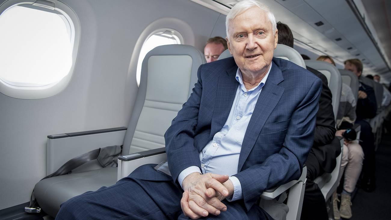 Auch Investor Martin Ebner nimmt Platz in seinem neuen Flugzeug. (© Keystone)