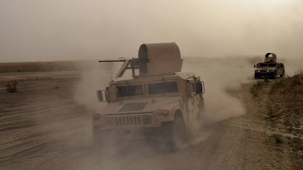 Irakische Armeefahrzeuge bei einem Einsatz gegen IS-Terroristen. Die USA gaben bekannt, dass zwei IS-Kommandanten bei Luftangriffen in der Nähe von Mossul getötet worden sind. (Archivbild)