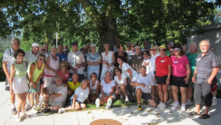 Ausgebucht - vierzig Seniorinnen und Senioren aus der ganzen Nordwestschweiz genossen einen geselligen Nachmittag auf der grosszügigen Anlage des Tennisclubs Rheinfelden