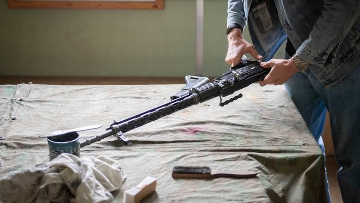 Deutsche Zollfahnder finden bei einem 50-jährigen Deutschen ein in der Schweiz gekauftes Sturmgewehr und massenhaft Munition. (Symbolbild)