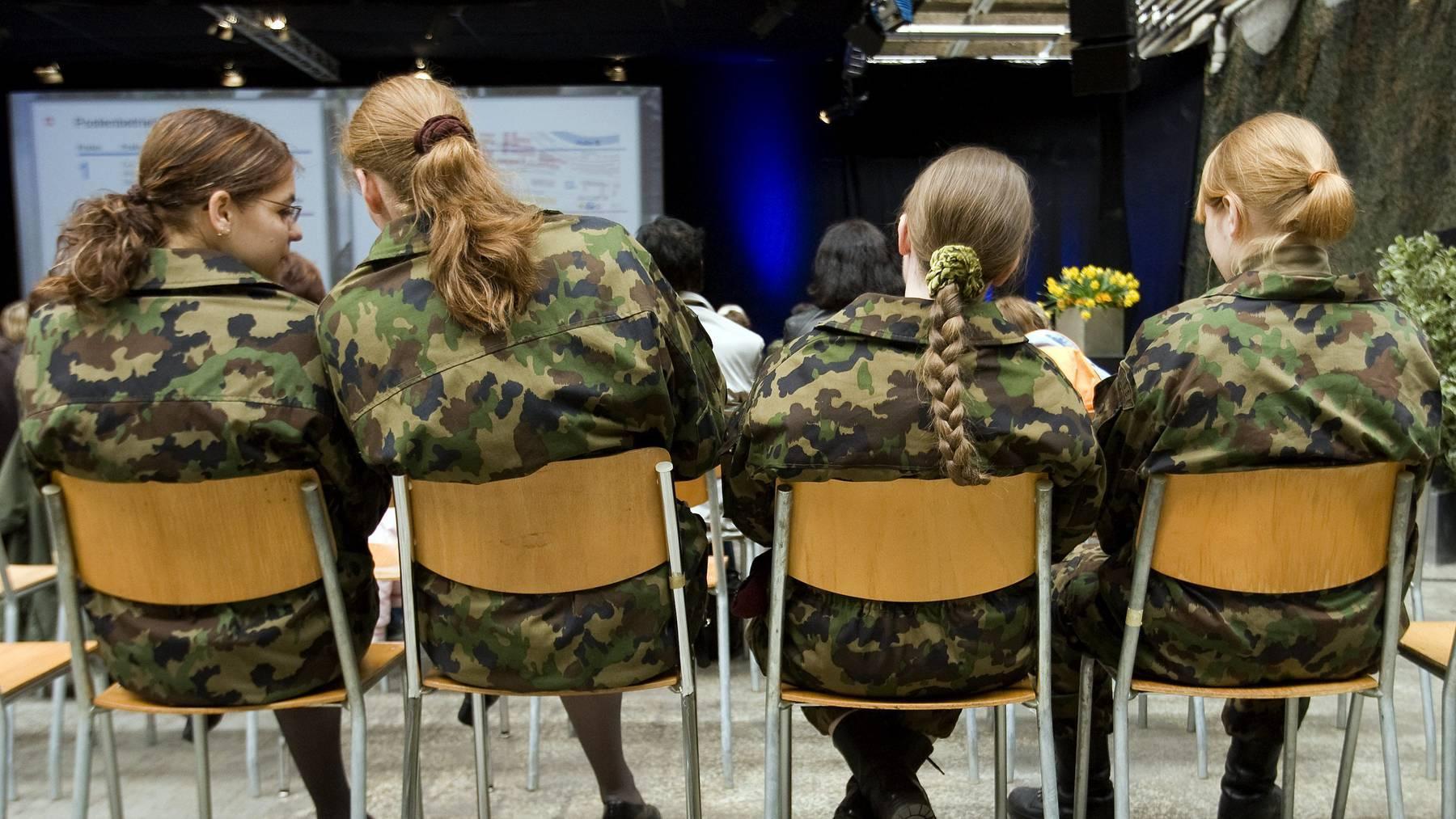 Soldatinnen unterhalten sich beim Anlass «Business and Professional Women BPW Switzerland» besucht die Schweizer Armee, am Samstag 5. April 2008 auf dem Waffenplatz in Thun.