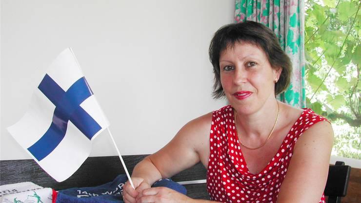 Beflaggt und mit passender Ausrüstung wappnet sich Denise Fluri für das Weltturnfest in Finnland.