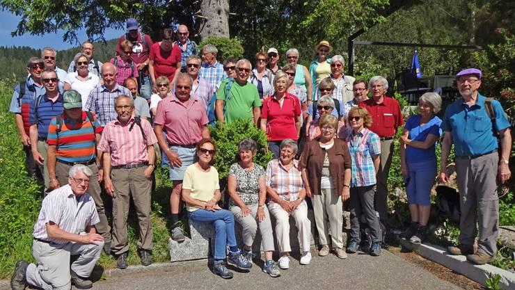 Die Wandergruppe der Seniorenvereinigung Gunzgen posiert beim Gartenrestaurant Post, Biberbrugg