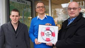 Reto Zurbuchen (links) und Andreas Dobay reichen bei Markus Dietler die Hallenbad-Motion ein.
