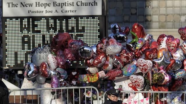 Ballone für die tote Sängerin vor der New Hope Baptist Church in Newark
