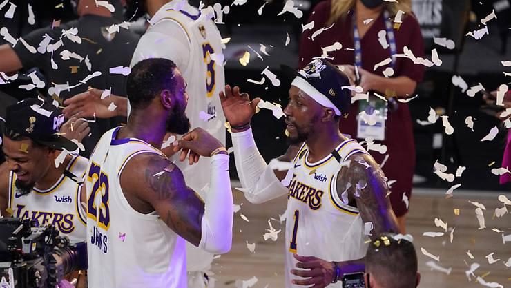 Geschafft: Die siegreichen Spieler der Los Angeles Lakers im Schnipselregen.