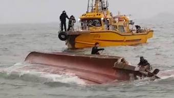 Das umgedrehte Fischerboot nach der Kollision mit einem 336-Tonnen-Tanker vor der Küste Südkoreas.