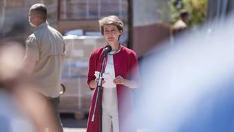 In der Ostukraine übergab Bundespräsidentin Simonetta Sommaruga Chemikalien zur Wasseraufbereitung.
