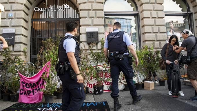 Polizei räumte den Eingang der Credit Suisse