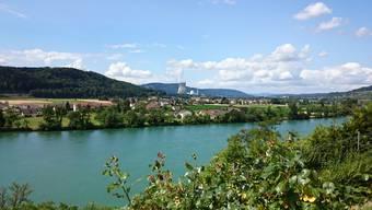 Blick auf Full von Waldshut (D) aus, vorne der Rhein, im Hintergrund das AKW Leibstadt.