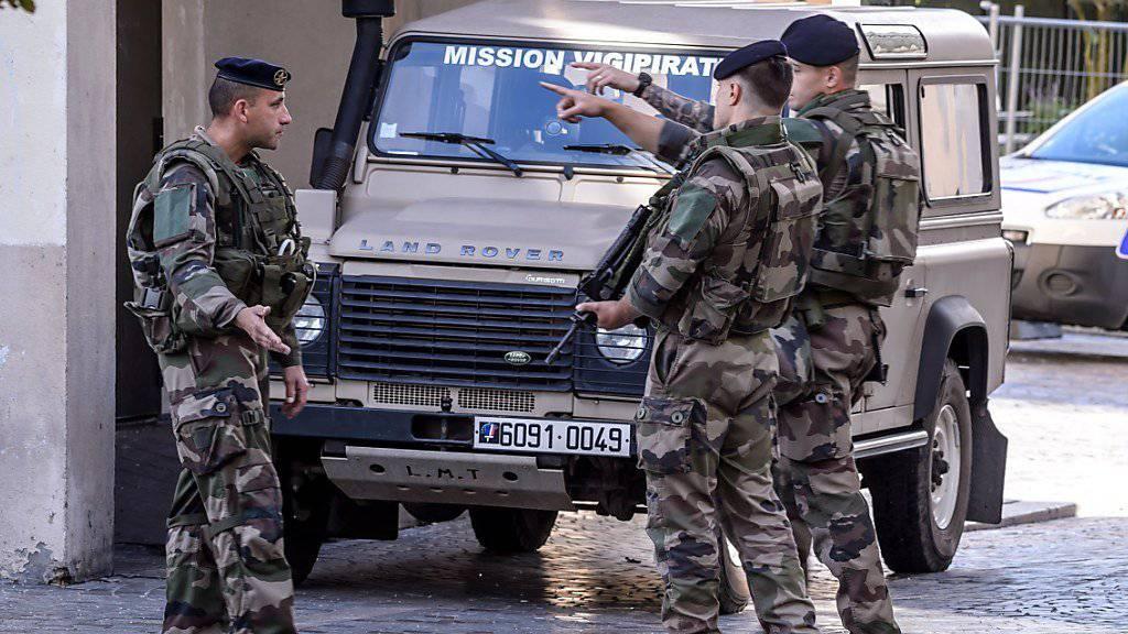 Militärangehörige sichern im Pariser Vorort Lavallois-Perret die Umgebung, nachdem Soldaten von einem Auto angefahren wurden. Sechs Personen wurden verletzt.